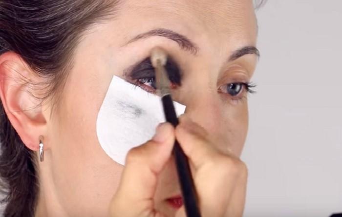 осыпающиеся тени не будут портить макияж / Фото: mtdata.ru