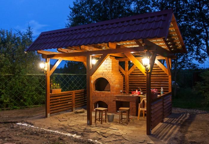 Разместите под навесом или на соседних деревьях гирлянды-лампочки, чтобы создать уютную атмосферу / Фото: m4bc.ru