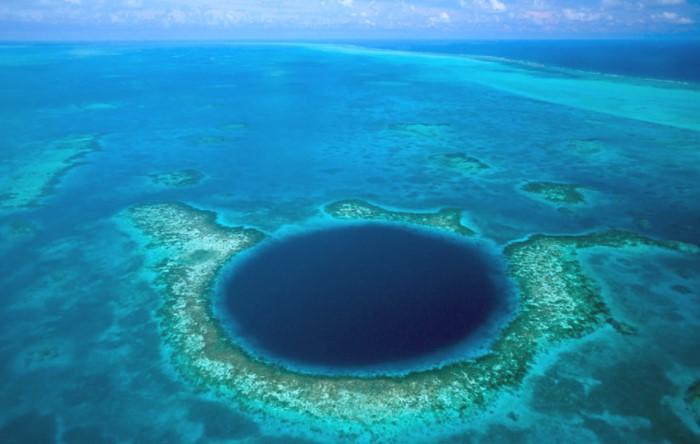 Любопытно, но знаменитые фото идеально ровной дыры - вовсе на Марианский желоб, а подводная пещера в США / Фото: 3.404content.com