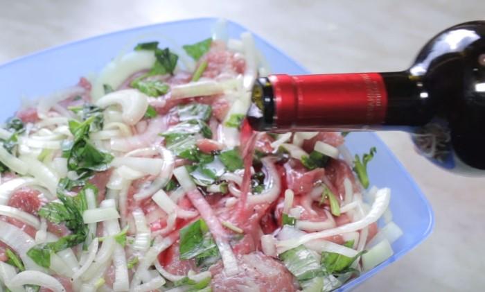 Вино сделаем мясо мягким и сочным / Фото: youtube.com