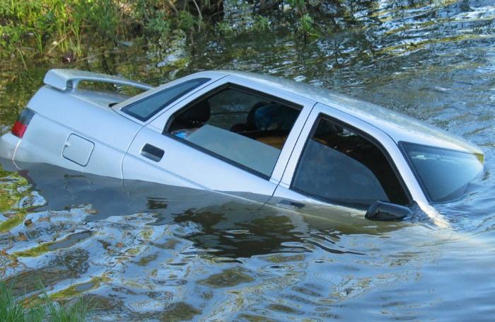 Если человек оказывается в автомобиле, который тонет, нужно немедленно опустить окна, чтобы выбраться через них / Фото: static.mchs.ru