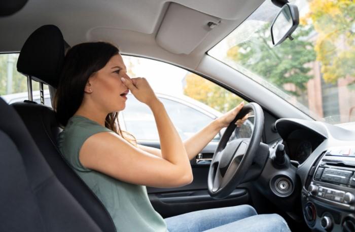 Иногда покупка новой машины сопровождается не только радостными эмоциями, но и неприятными ощущениями из-за запаха в салоне