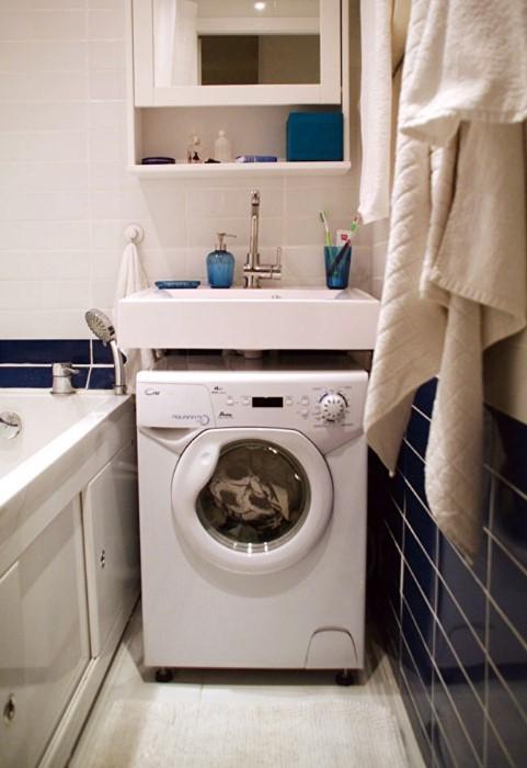 В этом случае умывальник сам выступает в качестве короба под стиральную машинку / Фото: interiorizm.com