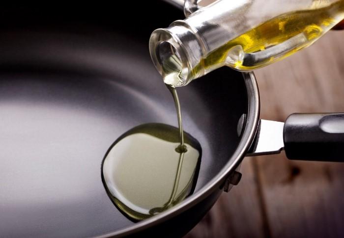 Жир и масло не растворяются в воде, а затвердевают и оседают на стенках труб / Фото: legkovmeste.ru