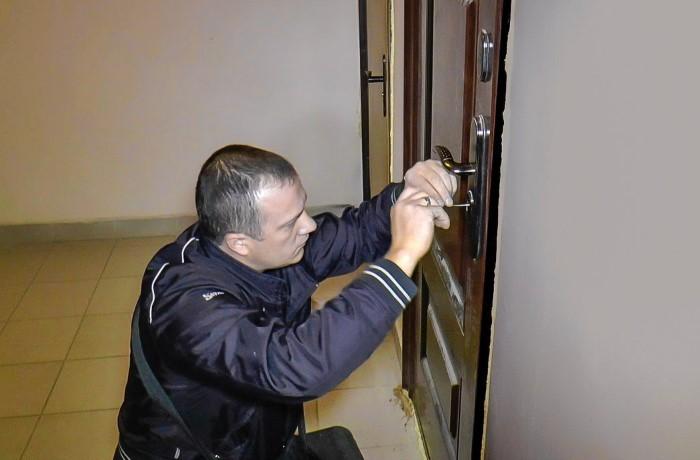 Мастер из частной фирмы проделает работу максимально аккуратно / Фото: i.ytimg.com