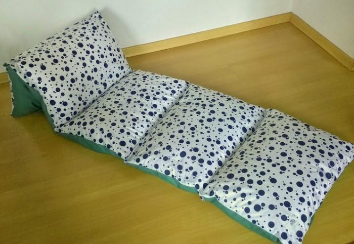 Матрас из подушек можно использовать для отдыха или как дополнительное спальное место / Фото: vannadecor.ru