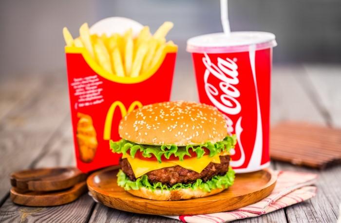 Желтый и красный цвета вызывают аппетит, поэтому их активно использует фаст-фуд McDonald's, Coca-Cola / Фото: s.zagranitsa.com