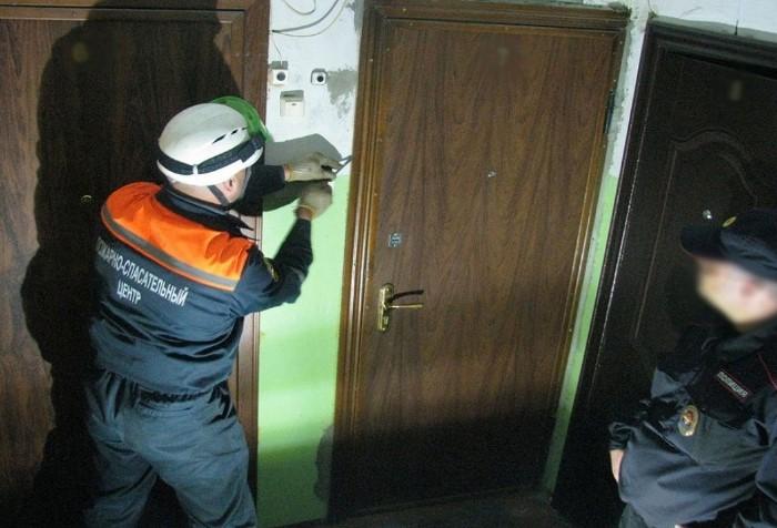 При угрозе жизни сотрудники МЧС не будут церемониться с дверью / Фото: penzavzglyad.ru