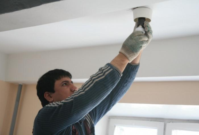 Для замены лампочки нужно обязательно иметь лицензию электрика / Фото: storage.myseldon.com