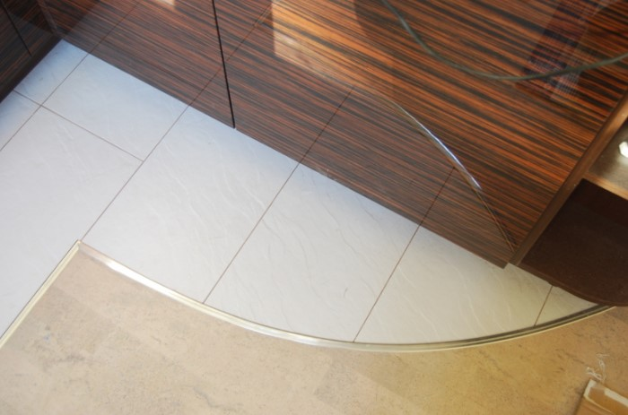 Порожек крепится на саморезы, дюбели или используются самоклеящиеся разновидности / Фото: dveri-pol.com.ua