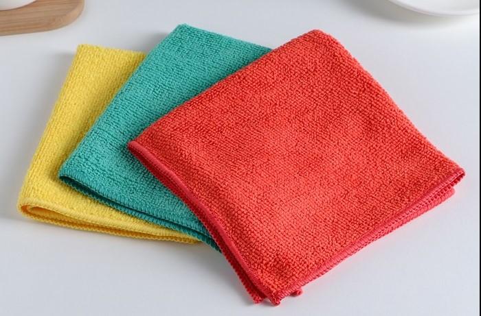 При необходимости салфетки из микрофибры лучше стирать с мылом или обычным порошком / Фото: cdn3.static1-sima-land.com