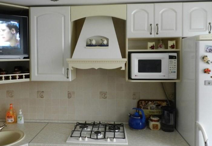 Микроволновка удачно соседствует с холодильником / Фото: luxury-house.org