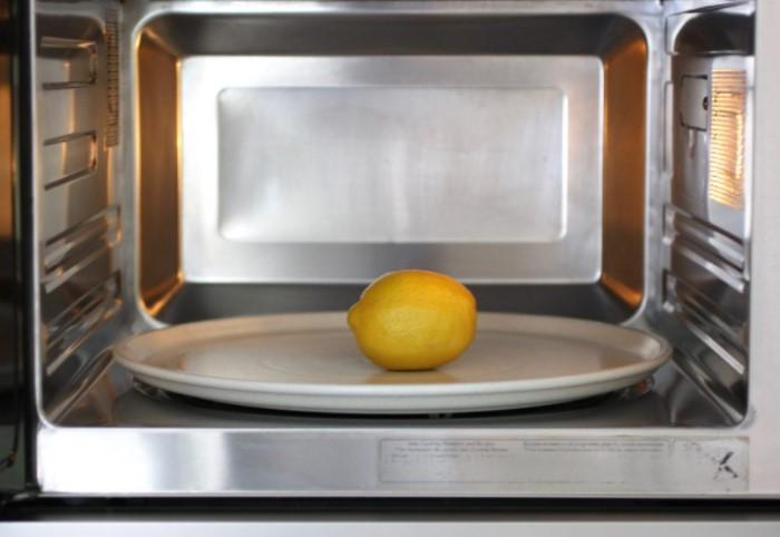 Отправьте цитрус в микроволновую печь на 10 секунд и подогревайте при мощности 600 ватт / Фото: journeyranger.com