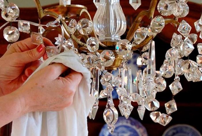 Вымыть люстру - трудоемкая процедура, которую достаточно проводить раз в месяц / Фото: svekrovi.net