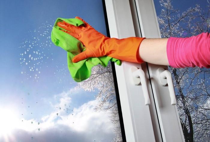 С уксусом можно забыть о разводах на окнах / Фото: kakpravilno.info