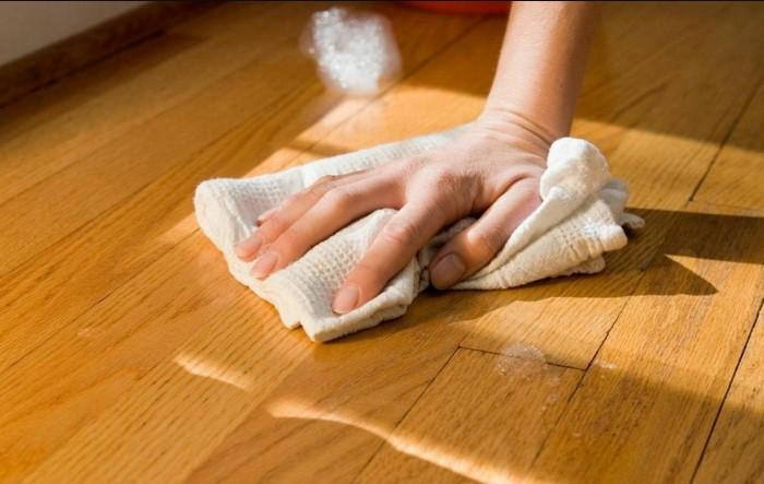 Мыть паркет лучше всего специальными средствами / Фото: kitchenremont.ru