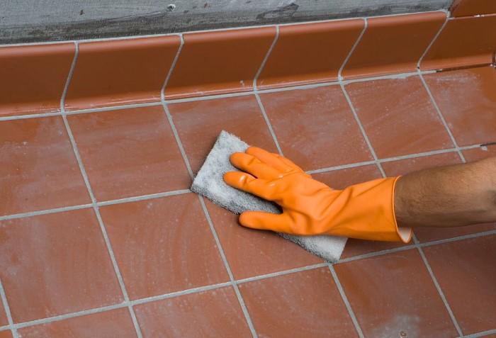 После ремонта на плитке остаются загрязнения, которые нужно удалить как можно быстрее