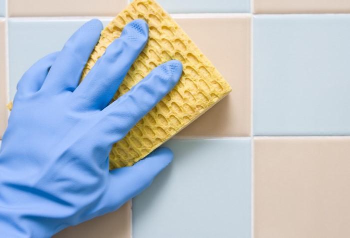 Очищайте плитку мягкой губкой с безабразивными средствами / Фото: plitkahelp.com