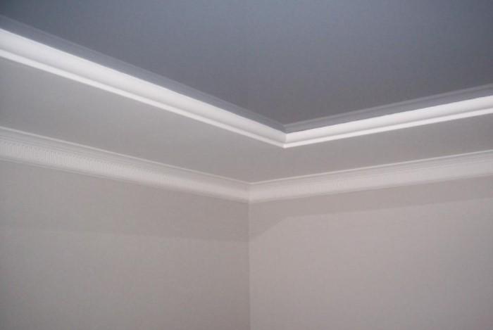 Если пустить большую часть молдинга по потолку, он станет продолжением стены / Фото: stroimpilim.ru