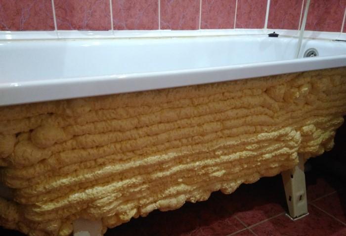 Чтобы утеплить ванну и продлить сохранение высокой температуры, запеньте чашу со внешней стороны / Фото: pbs.twimg.com