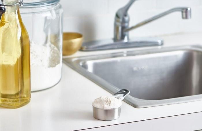 Мука не царапает поверхности и полностью удаляет жирный налет с мойки / Фото: i.pinimg.com