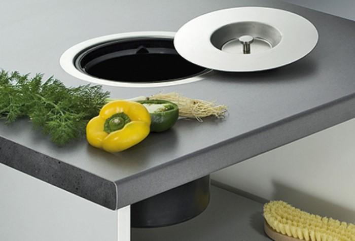 Hа профессиональных кухнях прямо в столешницах делают специальные отверстия, куда можно смахнуть мусор / Фото: minifix.com.ua