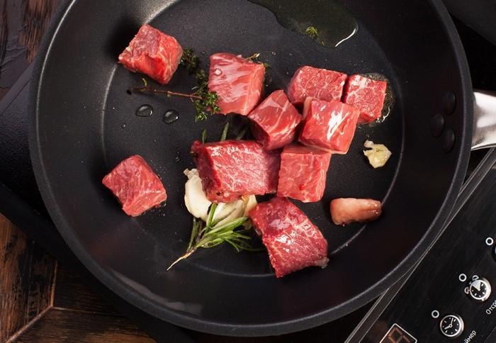 Мелкие кусочки мяса лучше готовить порционно, иначе вместо жареного получится тушеное блюдо / Фото: lamcdn.net