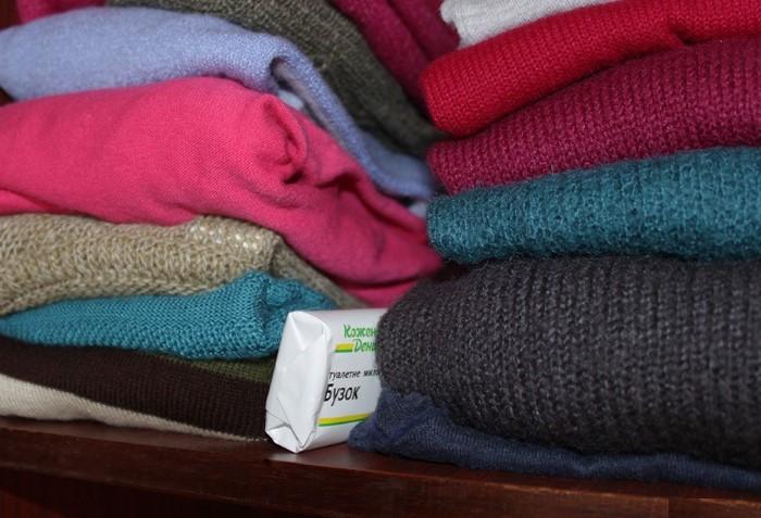 Мыло - отличный ароматизатор для одежды в шкафу, а также способно отпугнуть моль / Фото: parazit.guru
