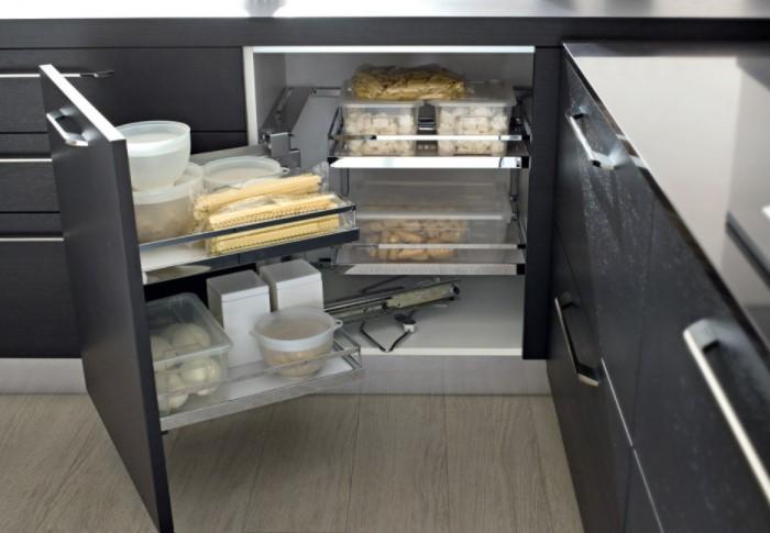 Чтобы в шкафы поместилось побольше предметов, важно правильно организовать их «начинку» / Фото: mebel-raduga.ru