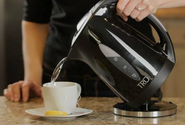 Пластиковый запах может испортить вкус напитка / Фото: sdelai-lestnicu.ru