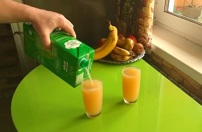 Попробуйте наливать сок отверстием кверху, и он перестанет разбрызгиваться / Фото: i.ytimg.com