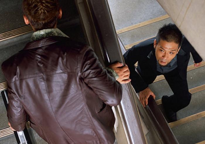 Поднимаясь по лестнице, не держите руки в карманах / Фото: content.choiz.me
