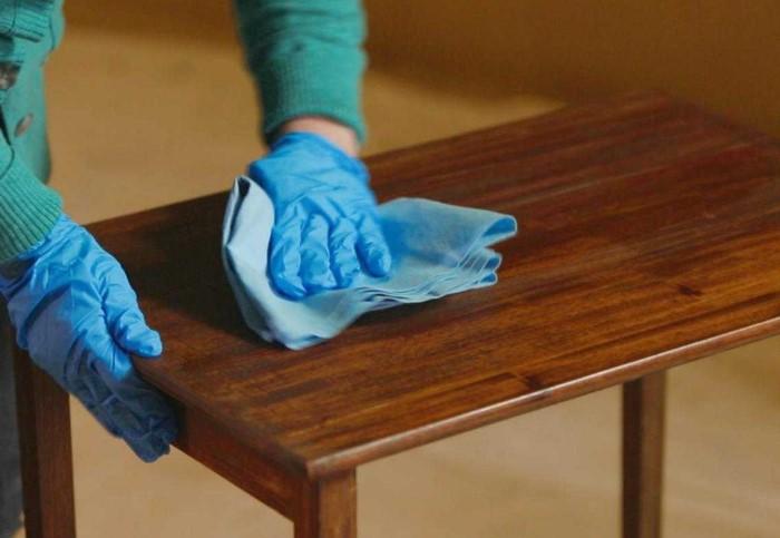 Чем толще слой полироли, тем больше к мебели липнет пыль / Фото: severdv.ru