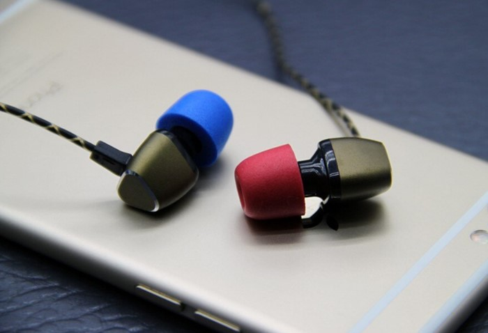 Силиконовые насадки на затычках разных цветов помогут различать право и лево   / Фото: ae01.alicdn.com