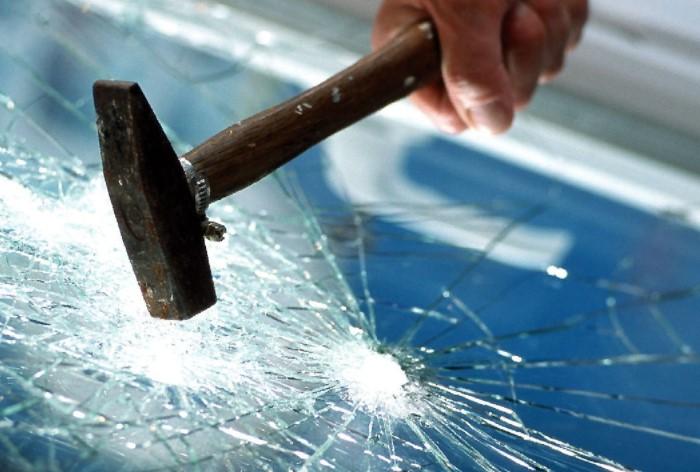 Стекло не разбивается молотком и применяется в автоиндустрии, чтобы защитить водителей и пассажиров от тяжелый осколочных ранений / Фото: sun9-12.userapi.com