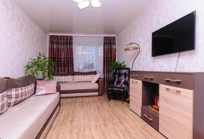 Диван выглядит лишним и не понятно, какую функцию он выполняет / Фото: design-homes.ru