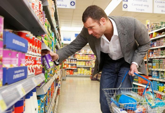 На нижних полках супермаркета расположены не менее качественные товары / Фото: thesun.co.uk