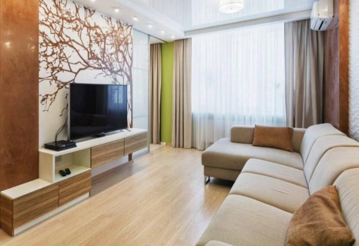 Таким образом вы будто бы «прижмете» к полу мебель, освободив дополнительное пространство / Фото: remontbp.com