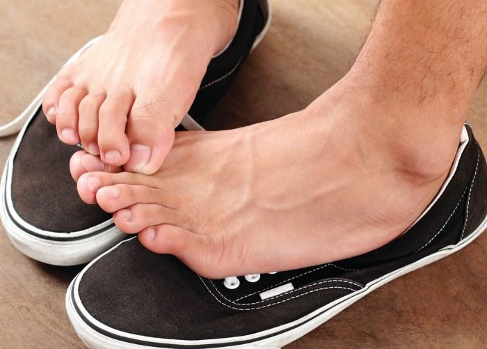 Избавиться от неприятного запаха ног можно подручными средствами / Фото: ukrainianwall.com