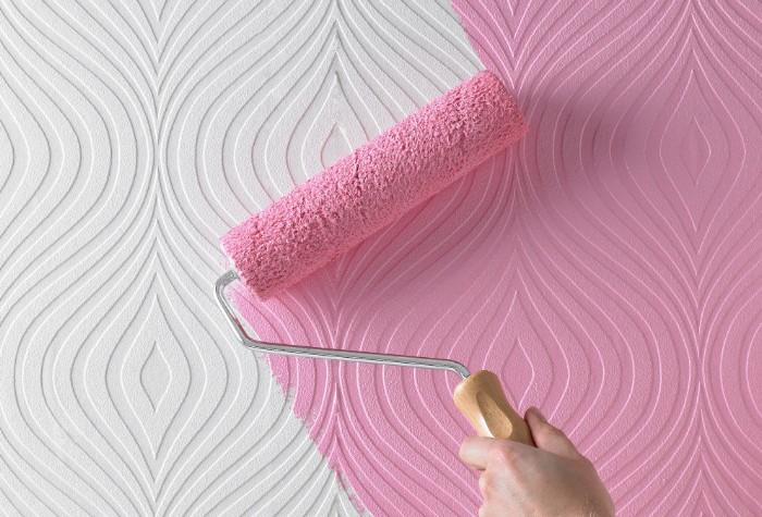 Если пятно поставлено на окрашенных обоях, придется удалять краску / Фото: floorroom.ru