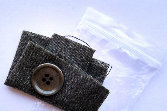 К новой одежде прилагается небольшой пакетик с кусочком ткани и пуговицей / Фото: cs8.pikabu.ru