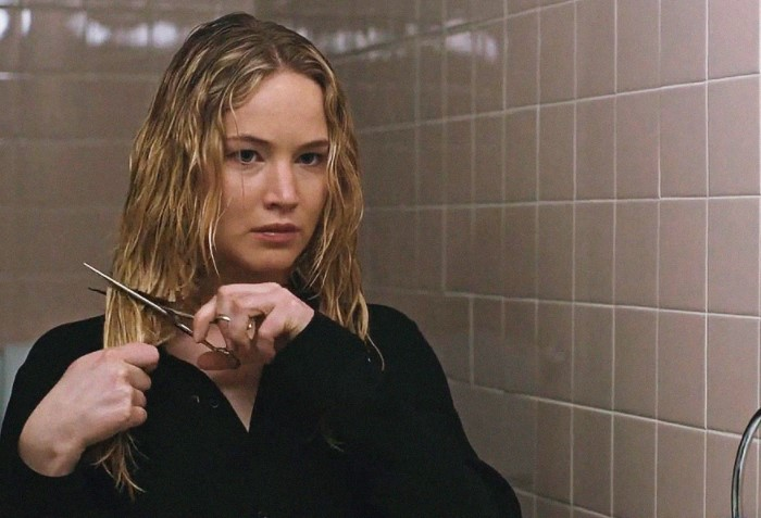 Девушка берет ножницы, подходит к зеркалу и решительными движениями начинает срезать прядь за прядью / Фото: cmp-i.com