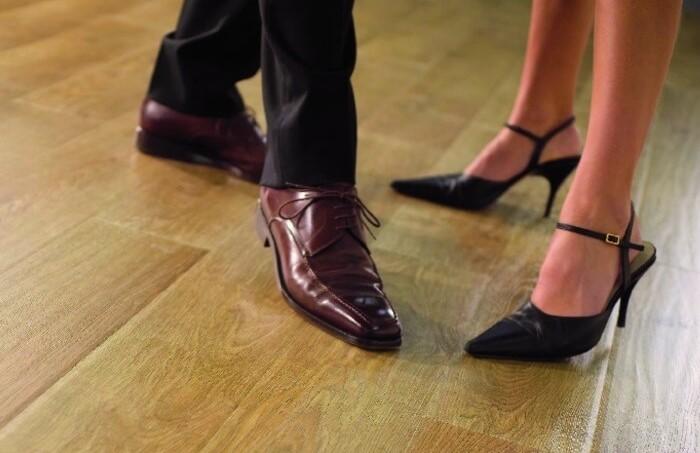Уличная обувь негативно влияет на состояние ламината / Фото: svoyidoma.ru