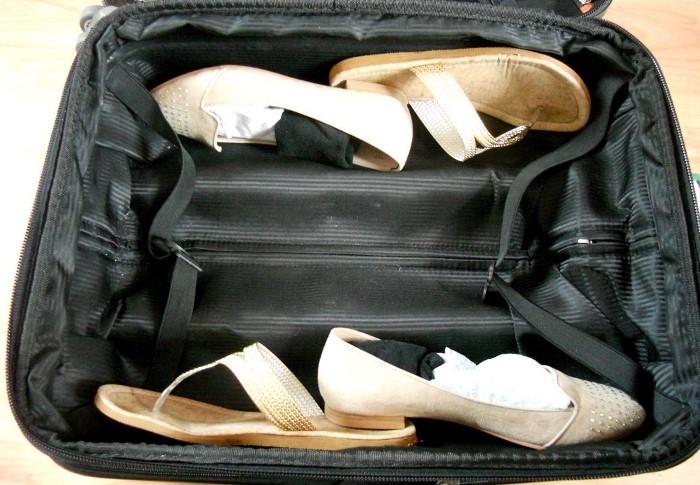 Обувь лучше всего укладывать внизу ближе к бокам / Фото: okchicas.com
