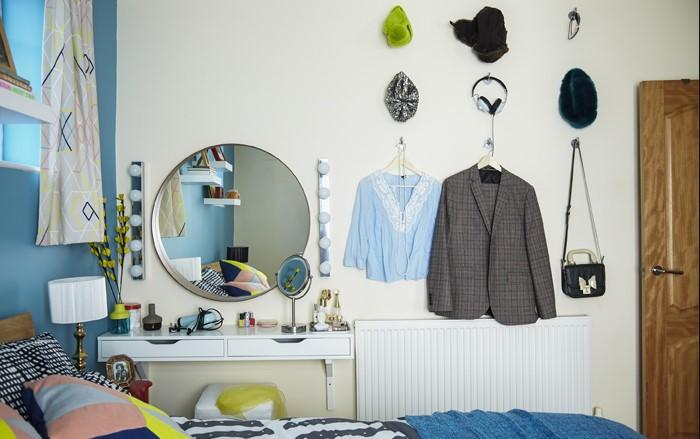 Удобный способ разместить вещи в маленьком пространстве / Фото: ideal-garderob.ru