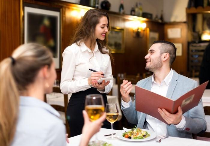 Официант специально назовет блюда подороже в конце, чтобы именно их выбрал гость / Фото: i.thehealthypost.com