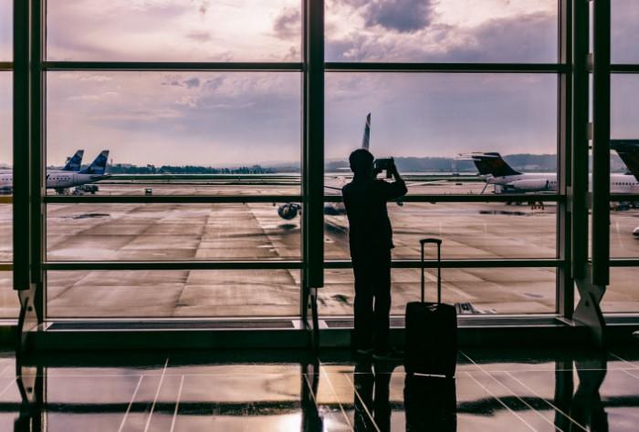 В новых аэропортах стараются делать как можно больше окон с видом на взлетную полосу, в том числе и в магазинах / Фото: politeka.net