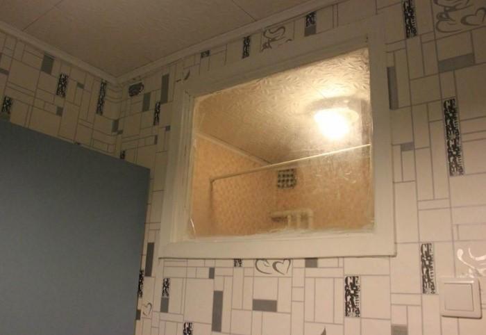 Окно между кухней и ванной необходимо, чтобы в ванную проникал солнечный свет и уничтожал микробы / Фото: remont-volot.ru
