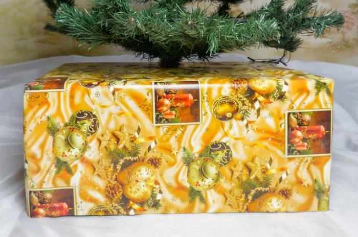 Задекорируйте основание ели подарком или «снежной» ватой / Фото: rorina.ru