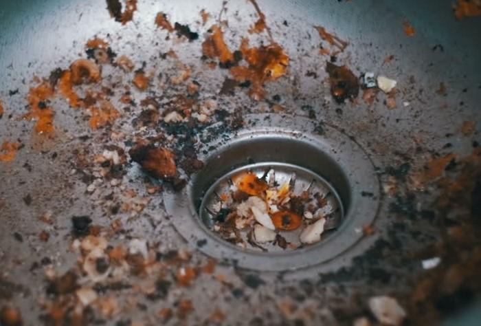 Перед мытьем посуды обязательно удаляйте остатки еды / Фото: ak.picdn.net